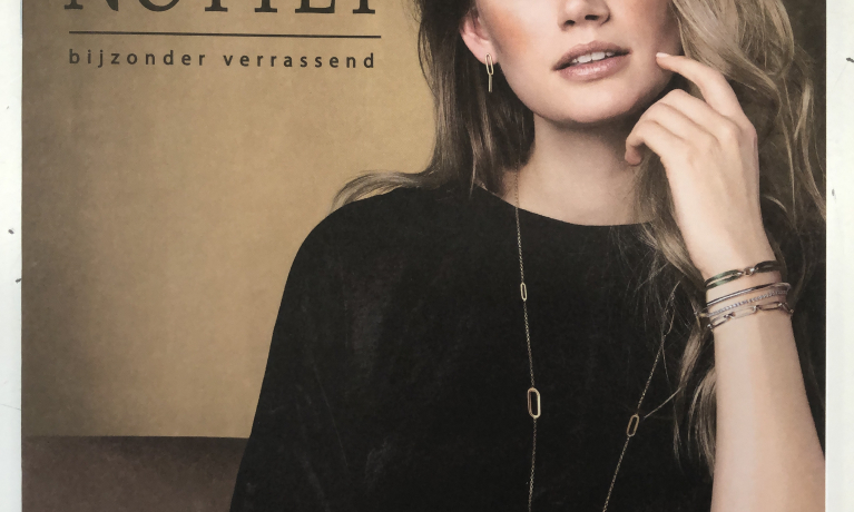 Onze nieuwe brochure is uit. Leuke gouden en zilveren sieraden volgens de laatste trends.