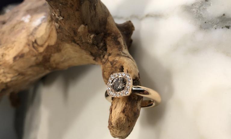 Uit eigen atelier.  Rosé gouden ring met champagne diamant van 0.75crt.