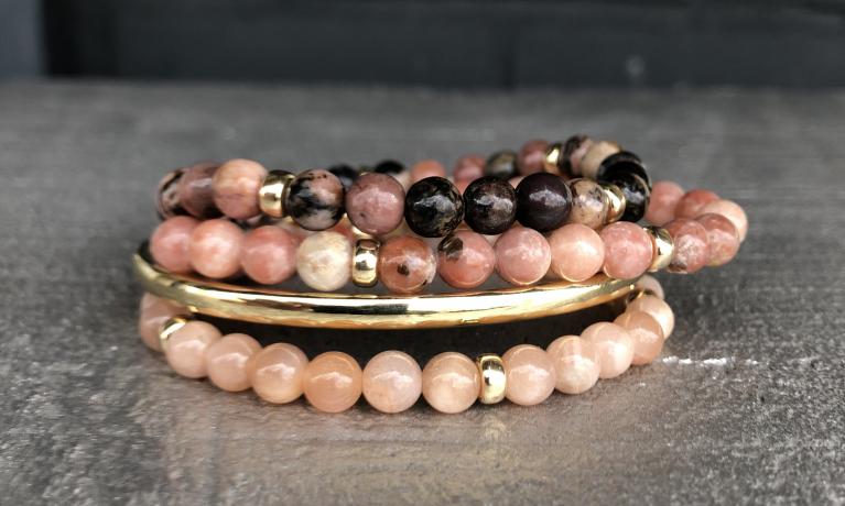 Nieuw, deze armbanden met gouden kralen en echte edelstenen. Leverbaar in diverse kleur combinaties.