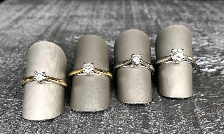 Grote collectie gouden solitair ringen met diamant.