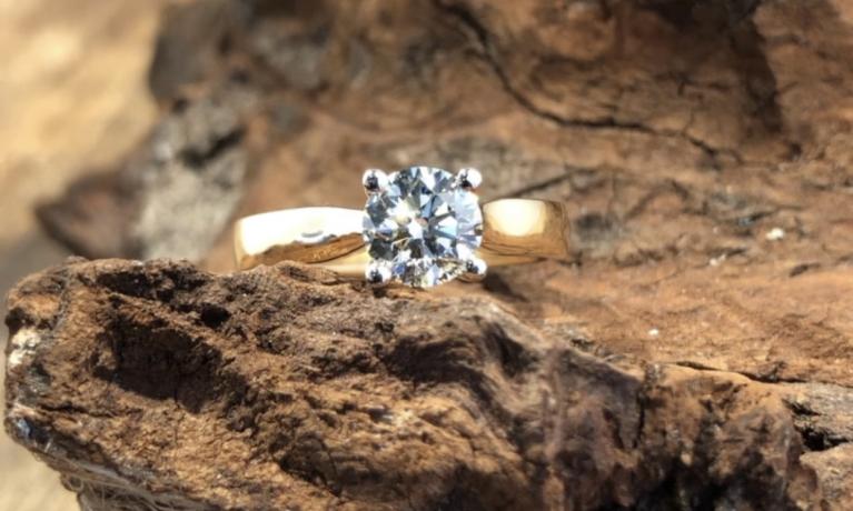 Nieuw, ring met 1.01crt. diamant