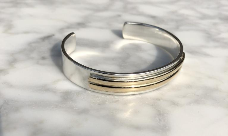 Mooie strakke armband mogen maken met twee trouwringen. Een mooie herinnering aan een mooi verleden.