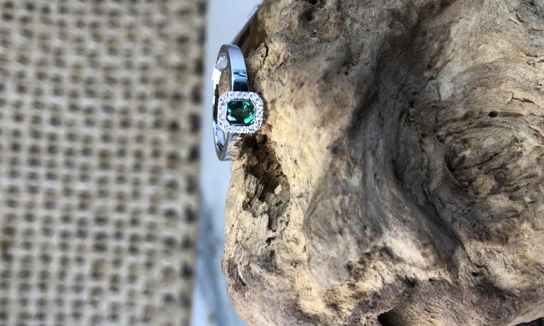 Witgouden ring met diamant en smaragd