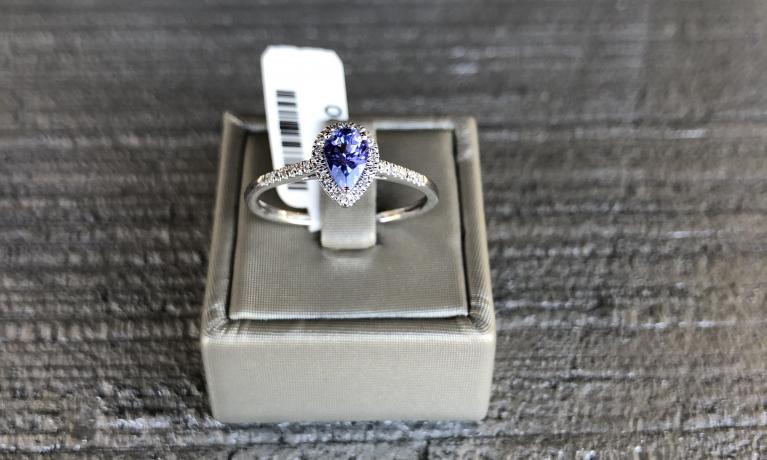 Witgouden ring met Tanzaniet en diamant.