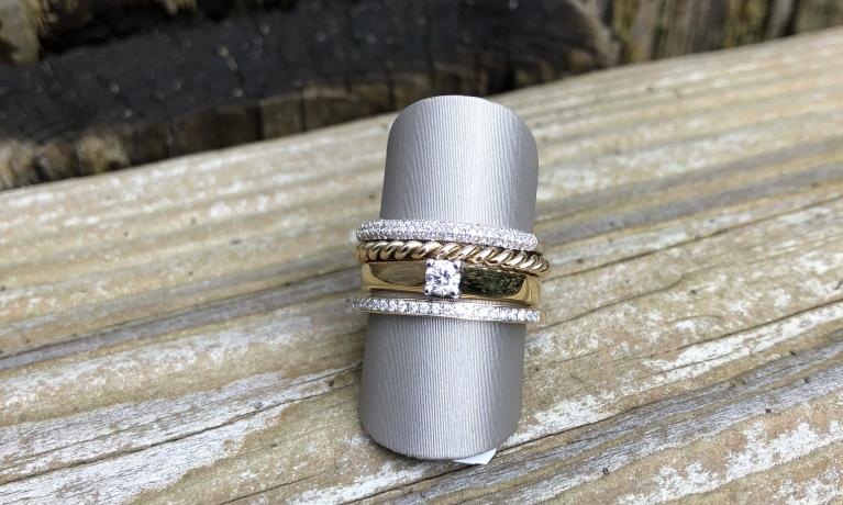 Set van 4 gouden ringen met diamant, helemaal trendy het combineren van meerdere fijne ringen. Juwelier & goudsmid heeft een hele grote collectie gouden ringen in huis. Kom eens kijken naar alle mogelijkheden.