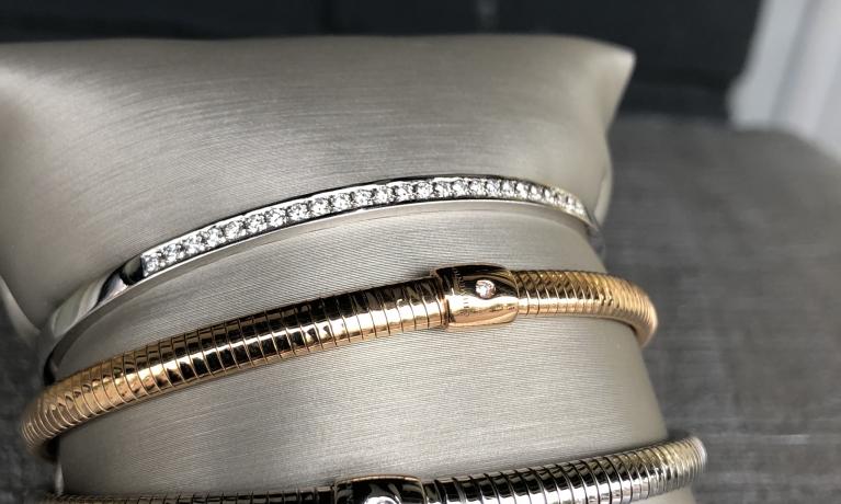 Witgouden armbanden en rosé gouden armband met diamant.
