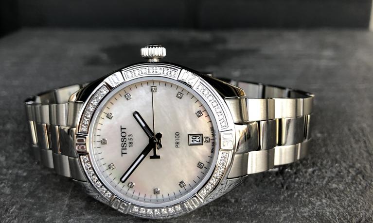 Tissot horloge met parelmoer wijzerplaat en diamanten.