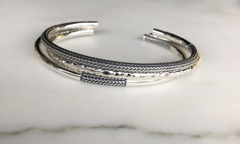 Uit eigen atelier! Wat als je de rinkel armbanden van Buddha to buddha niet past! Dan maken wij er klemarmbanden van. Op deze manier past iedereen deze mooie armbanden. Voor zowel dames als heren zijn ze op deze manier passend te maken.