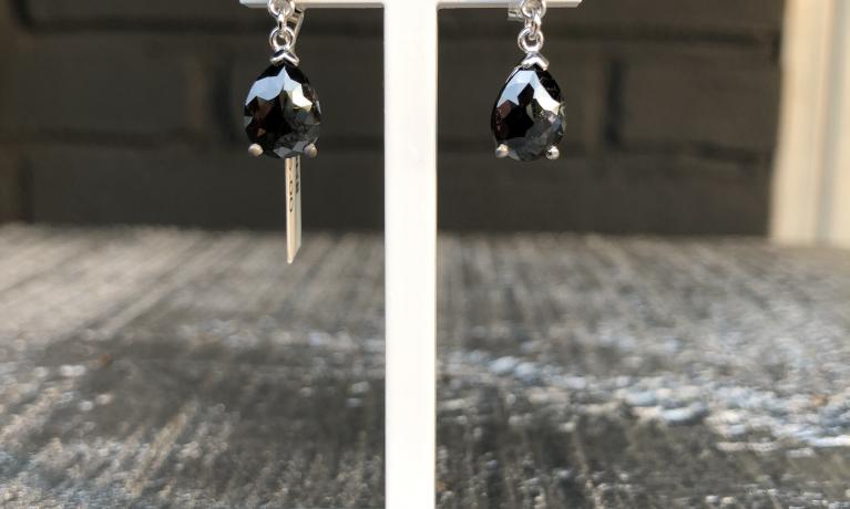 Uit eigen atelier,  Witgouden oorhangers met witte en zwarte diamanten gemaakt in eigen atelier.
