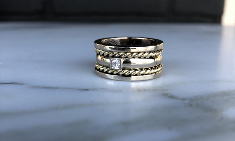 Van gouden trouwring deze mooie ring mogen maken. Ook hier hebben wij as in verwerkt en een vingerafdruk gemaakt.