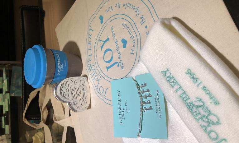 Like + share & win!  Een Joy Jewellery Bali-pakket met hierin een armband t.w.v €60,-, een muts, beker en een tas.