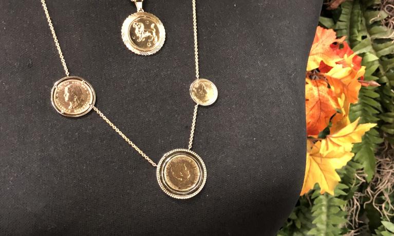Atelier juwelier & goudsmid Nottet! Gouden munten van bestaande armband afgehaald en tussen collier bevestigd. Erg goed gelukt.