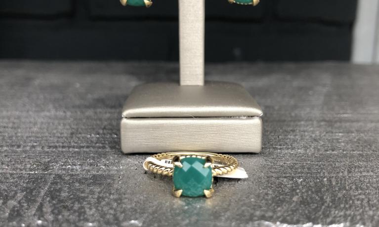 Gouden ring en oorbellen met groene agaat.