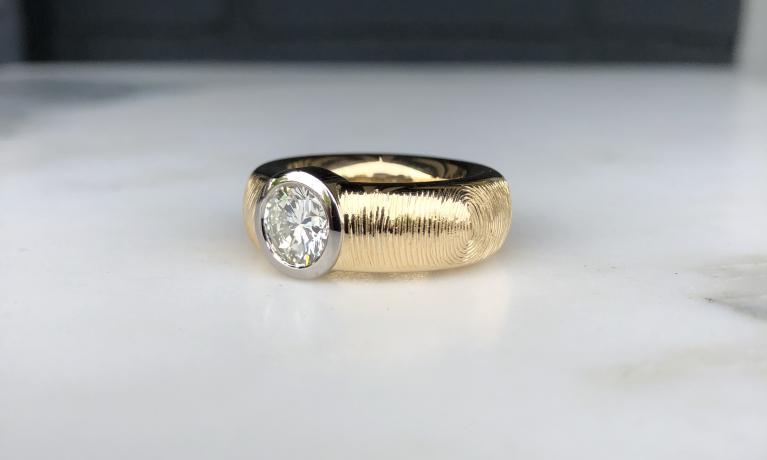 Mooie sieraden met vingerafdrukken mogen maken.