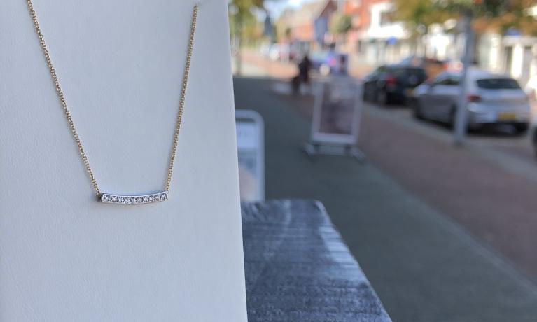 Gouden collier van Blush met diamant. Dit collier valt mooi kort in de hals en is ook leverbaar in helemaal witgoud.