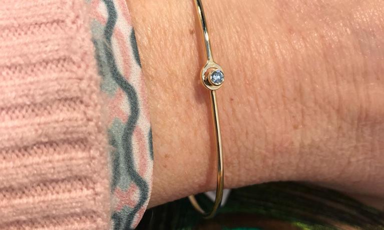 eigen atelier, deze fijne bangle met lichtblauwe diamant. Mooi cadeau voor Moederdag.