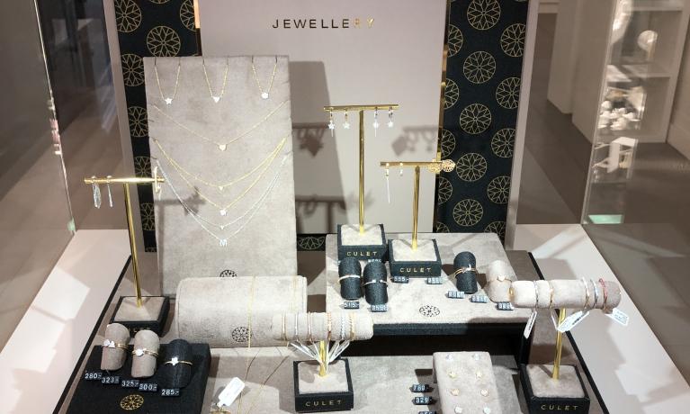 Culet, 18 krt. gouden sieraden met diamant. Culet is ontworpen voor de zelfverzekerde vrouw die van goede kwaliteit en mooie sieraden houdt. De sieraden van Culet zijn leverbaar in geelgoud, witgoud en rosegoud.