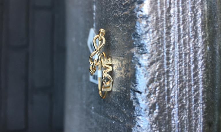 Super leuk,deze fijne gouden ringen. €134,- & €139,-.