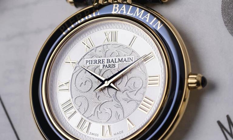 Limited edition van Pierre Balmain.  Een mooi plat dames horloge met de kenmerkende arabesques wijzerplaat.