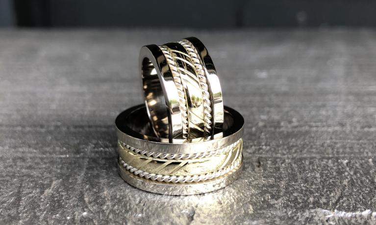 Van klassieke geel gouden trouwringen deze stoere ringen mogen maken. In ons atelier maken wij de mooiste sieraden.