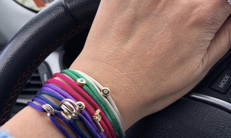 De trend van 2019, combineer meerdere armbanden met gekleurde satijnen armbanden met een gouden bedel. Wij hebben zeer veel kleuren in huis.
