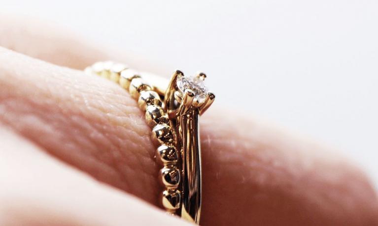 Gouden ringen met diamant leverbaar in geelgoud, witgoud en rosegoud. Draag ze los of combineer er meerdere hij elkaar.