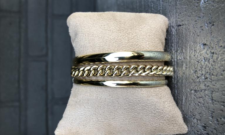 Gouden slavenarmbanden in combinatie met een mooie gourmet armband. Twee klassiekers die altijd mooi blijven.