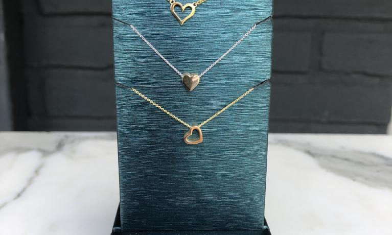 Gouden en zilveren colliers, mooi cadeau voor de Moederdag.