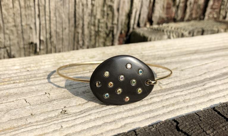 Weer eens iets anders, deze gouden armband is gemaakt van een steen die op vakantie is gevonden