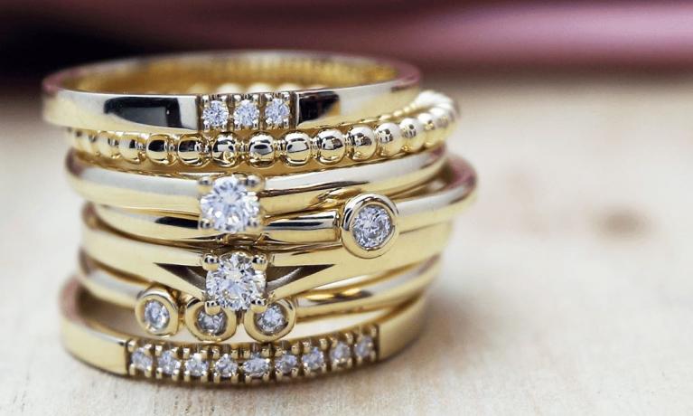 Gouden ringen met diamant van miss spring. De trend van nu, ringen stapelen.