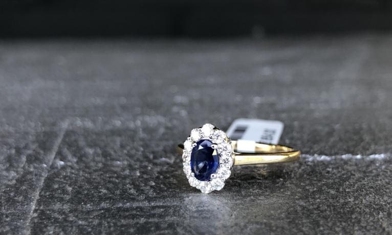 Gouden ring met diamant en saffier ook wel de Lady Di ring genoemd.