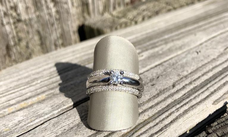 Set van drie witgouden ringen met diamant. Draag ze los of als set.