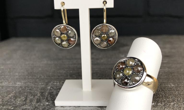 Gouden trouwring vermaakt tot een nieuwe ring met diamanten uit onze eigen collectie van Pianello Jewels. Daarbij ook mooie passende oorhangers mogen maken.