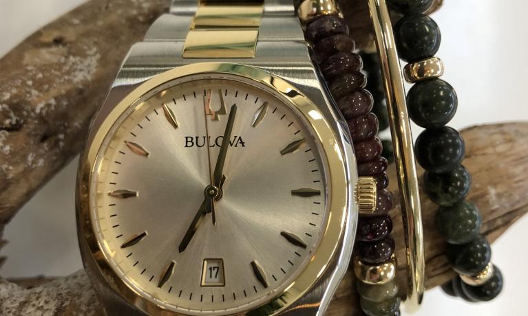 Bulova horloge €169,- gecombineerd met gouden slavenarmband en edelsteen armbanden.