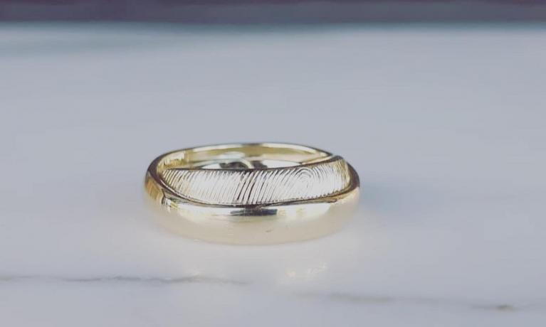 In ons atelier maken wij veel sieraden met vingerafdrukken