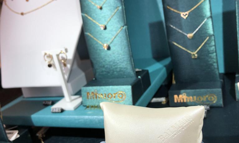 Zomerse kleurtjes en fijne gouden sieraden. Hiermee ben jij helemaal klaar voor de zomer.