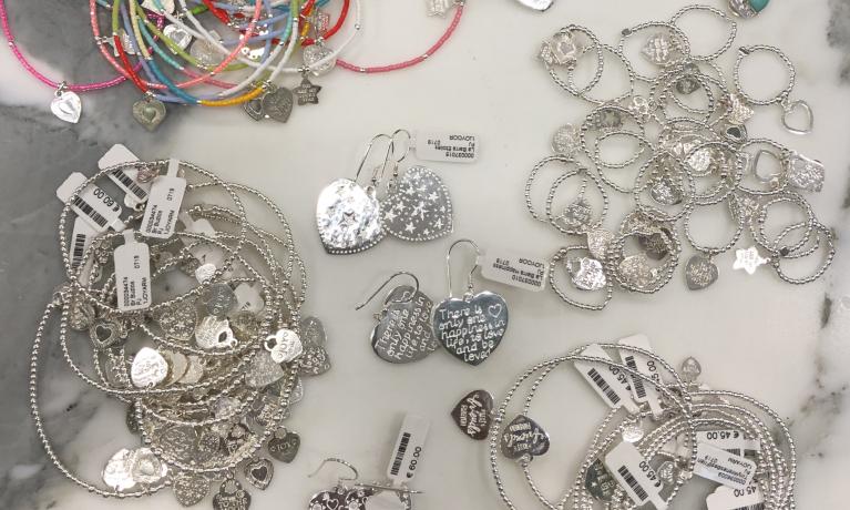 De collectie van joy Jewellery Bali weer lekker aangevuld. De grootste collectie vindt je bij Juwelier & goudsmid Nottet.