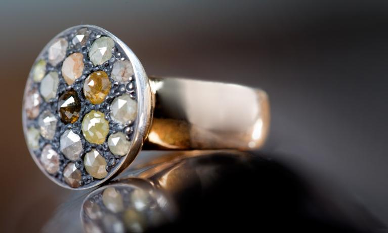 Gouden ring uit eigen atelier met roos geslepen diamanten in mooie natuur tinten.