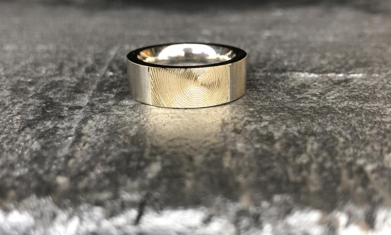 Vingerafdruk, Zilver met gouden ring.